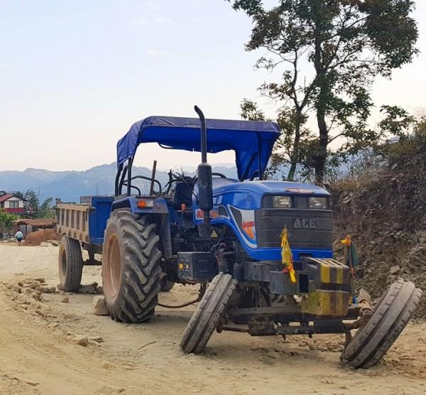traktor-in-nepalBWcaJO5gfsXZR